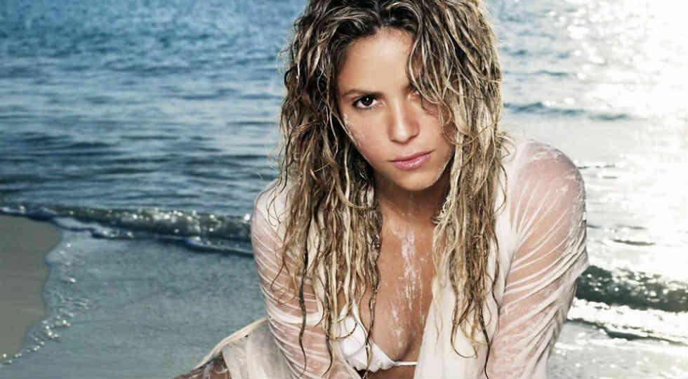 Shakira pose di pantai